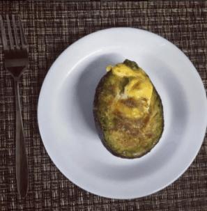 Ejemplo de desayuno para dieta cetogénica, palta rellena con huevo.